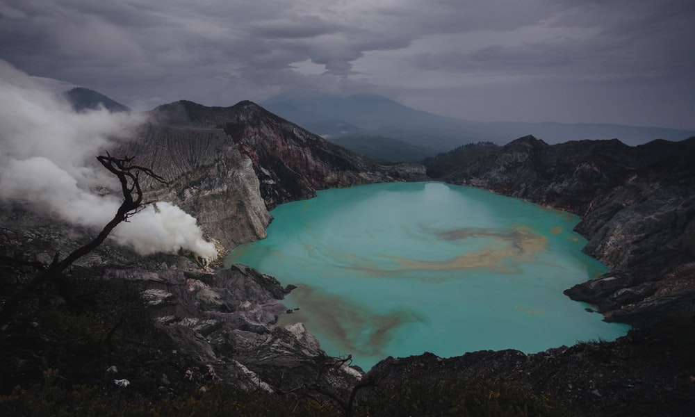 picture of a vivid turquiose lake in the mountains